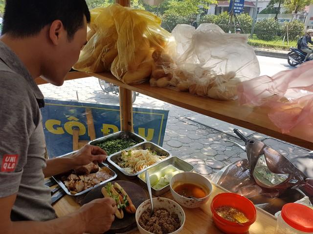 Nhiều cá nhân kinh doanh đồ ăn vỉa hè không đảm bảo an toàn vệ sinh thực phẩm trong chế biến. Ảnh: Bảo Loan