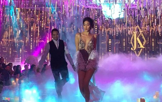 Sau khi hoàn thành các nghi lễ truyền thống, Lan Khuê thay váy cưới bằng chiếc đầm ngắn sexy. Cô dâu và chú rể làm quan khách bất ngờ khi bước lên sân khấu thực hiện một bài nhảy sôi động.