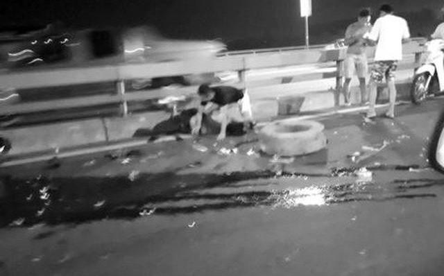Hiện trường vụ tai nạn trên cầu Nhật Tân. (Ảnh Một thế giới)