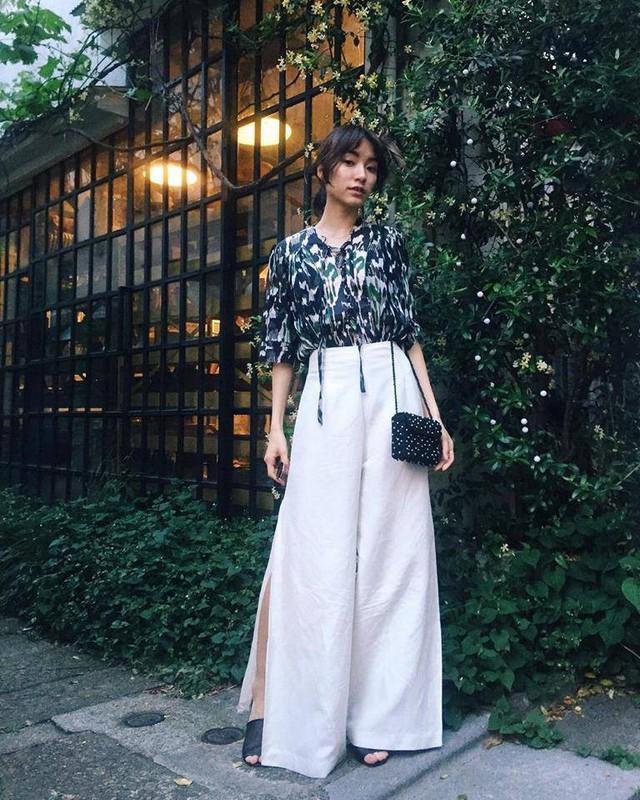 Mặc dù diện quần dáng rộng nhưng Sayo Yoshida, cô gái Nhật Bản cao chưa tới 1m55 không hề gây cảm giác bức bối khi chọn quần có điểm xẻ cao.