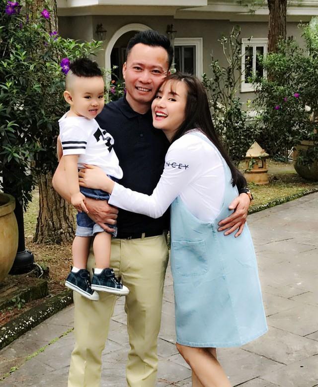 Từng là một nữ ca sĩ được rất nhiều khán giả mến mộ nhưng sau khi kết hôn, Vy Oanh khá im ắng, không còn xuất hiện nhiều trong các sự kiện giải trí. Chồng Vy Oanh là doanh nhân Lê Thiện, hơn cô 15 tuổi.