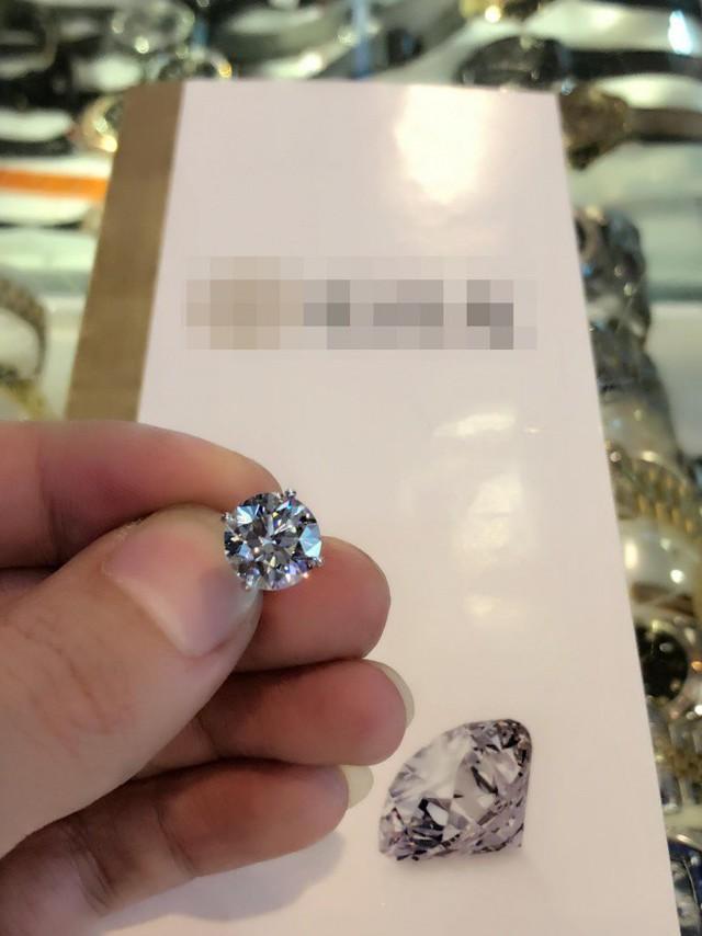 Anh sử dụng viên kim cương cơ lớn này làm hoa tai trong ngày sinh nhật.