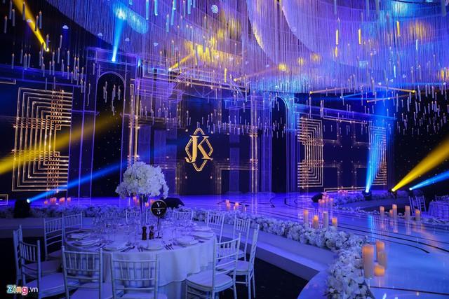 Không gian tiệc cưới được phủ tông trắng, được trang trí bằng hoa hồng và dây pha lê. Riêng sân khấu nổi bật với chùm đèn pha lê khổng lồ. Phía Lan Khuê tiết lộ, trong lễ cưới cô dâu chú rể sẽ có một tiết mục đặc biệt.