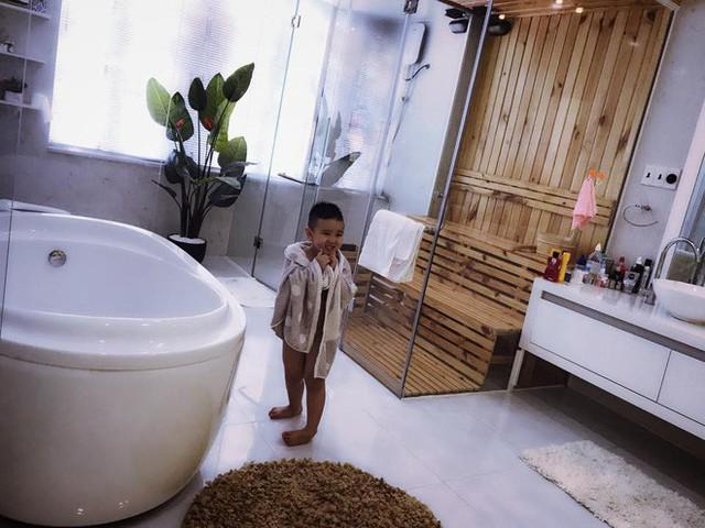Phòng tắm có nội thất sang trọng như khách sạn năm sao.