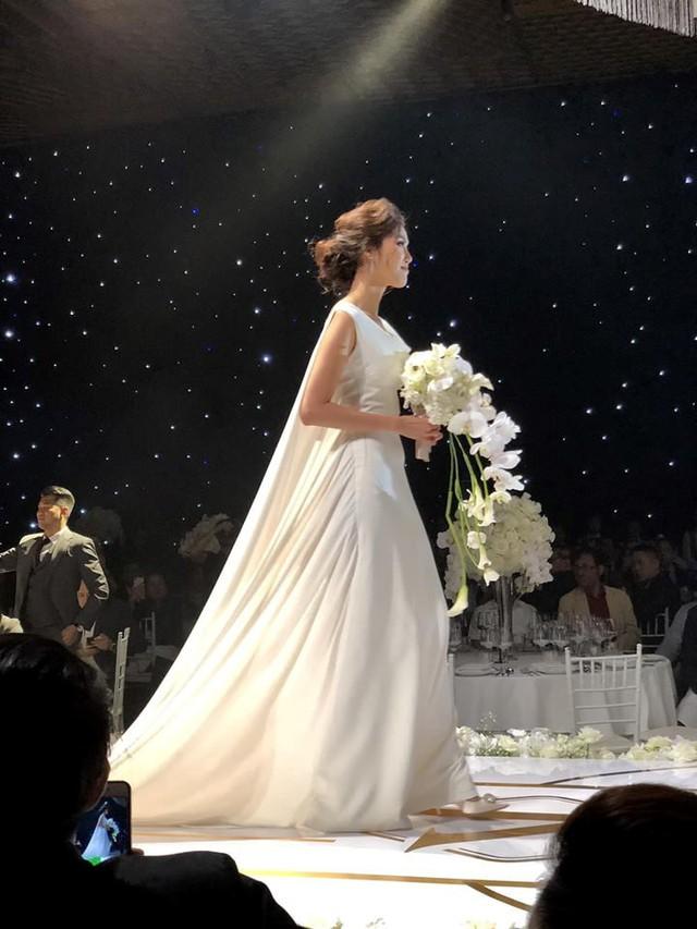 Lan Khuê lộng lẫy trong trang phục cô dâu. Người đẹp không giấu được những giọt nước mắt xúc động trong ngày trọng đại.
