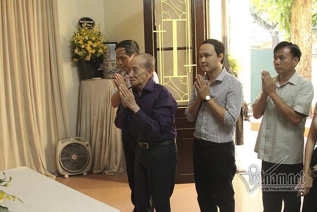 GS.BS Nguyễn Tài Thu (87 tuổi) được người thân đưa đến để chia buồn với gia đình nguyên Tổng bí thư