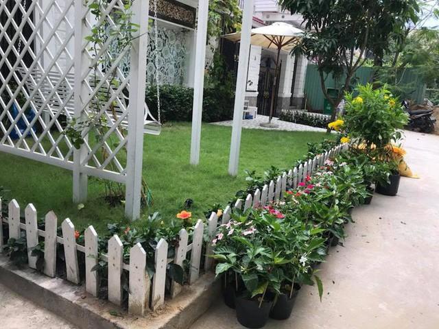 Phía trước căn biệt thự là khu vườn nhỏ xanh mướt mắt, trang trí cột đèn, xích đu giống như ở công viên.