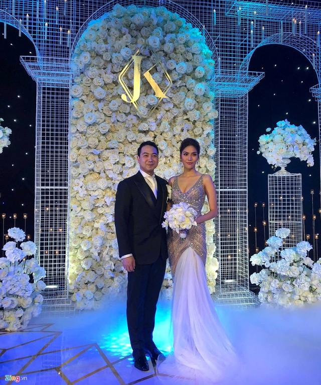 Được biết lễ cưới của cặp đôi gồm 60 bàn tiệc, trong đó có sự tham dự của nhiều bạn bè, người thân là doanh nhân và người nổi tiếng.