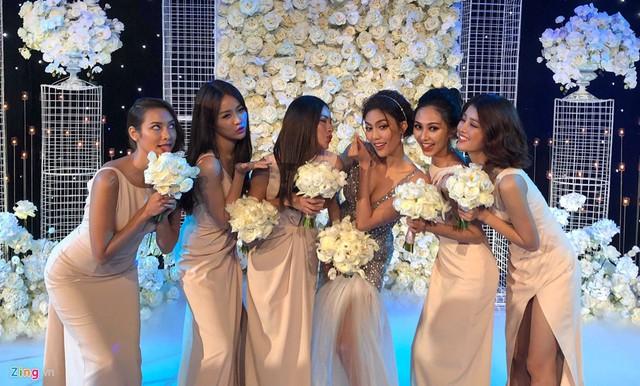 Lan Khuê và dàn phù dâu xinh đẹp tạo dáng trước giờ làm lễ. Trương Mỹ Nhân, Lily Nguyễn, Tú Hảo... đều là học trò của cô dâu trong cuộc thi The Face.