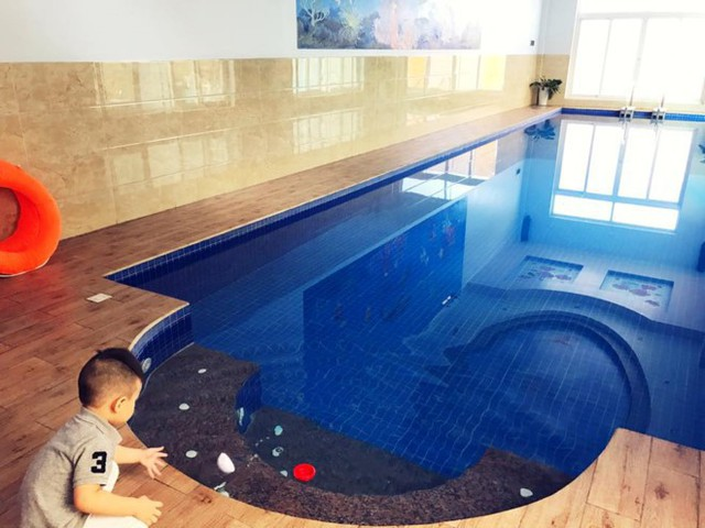 Một bể bơi lớn đặt ở tầng thấp nhất của căn biệt thự.