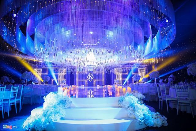 Ngày 4/10, Lan Khuê và ông xã John Tuấn Nguyễn tổ chức lễ cưới tại một trung tâm tiệc cưới sang trọng ở quận 1, TP.HCM. Từ trưa cùng ngày, cặp đôi đã có mặt tại nơi diễn ra lễ cưới để kiểm tra những khâu trang trí cuối cùng.