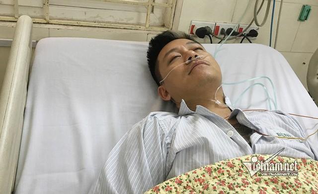 Vẻ mệt mỏi của Tuấn Hưng tại bệnh viện.