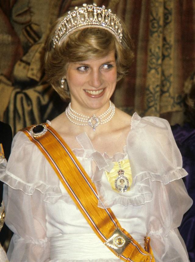 Bộ váy gợi nhắc hình ảnh Công nương Diana quá cố.
