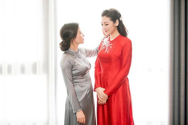 Tú Anh và mẹ trước giờ rước dâu.