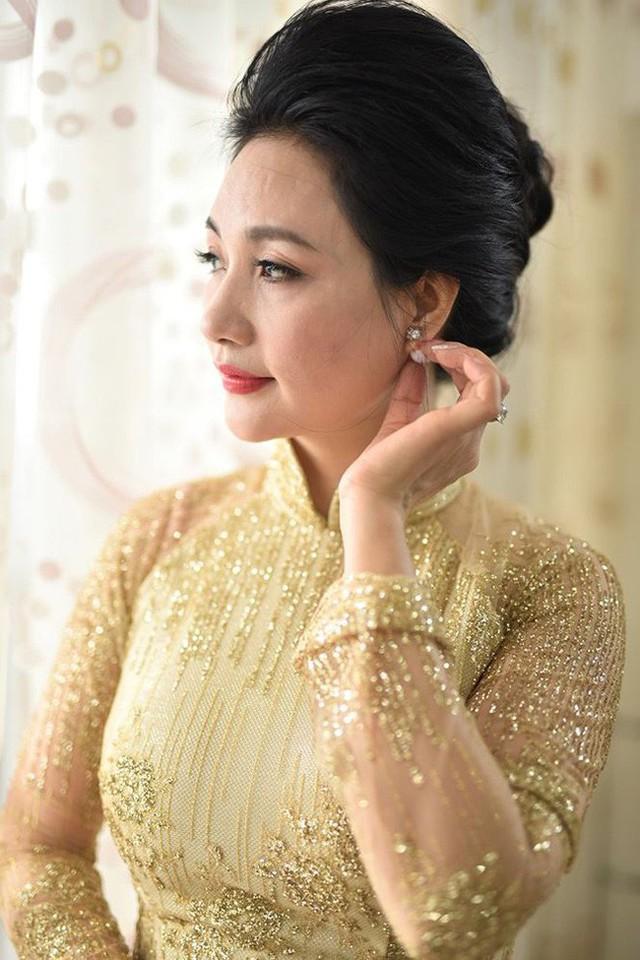 Cận cảnh nhan sắc của mẹ đẻ Hoa hậu Thu Ngân.
