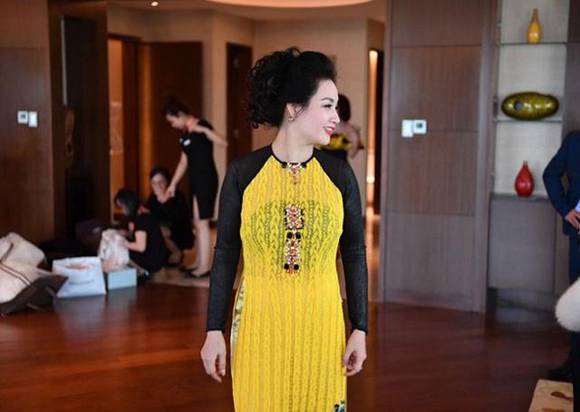 Trong ngày cưới của con gái, bà Hòa diện chiếc áo dài khá đơn giản.