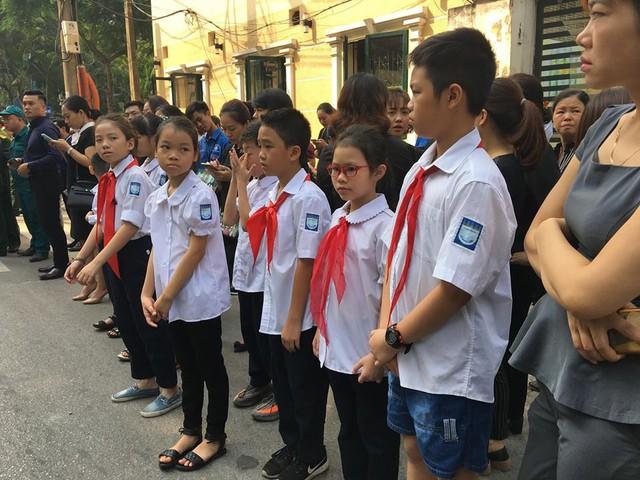 Rất đông các em học sinh cũng có mặt từ sáng sớm trước cổng nhà tang lễ để tiễn đưa cố Tổng Bí thư Đỗ Mười. Ảnh: Kim Oanh
