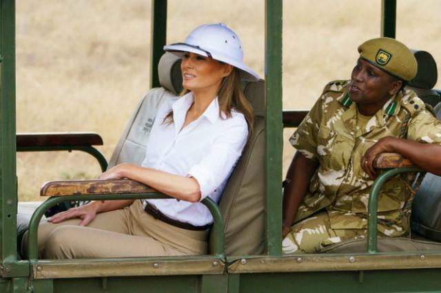 Bà Melania đội chiếc mũ bấc màu trắng nổi bật khi đi tham quan khu bảo tồn hoang dã Kenya hôm 5/10. Ảnh: Reuters.