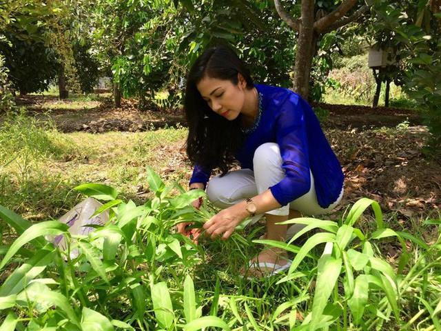 Nữ diễn viên tự tay cải tạo đất để trồng rau.