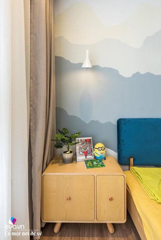 Bức tường vẽ hình núi với bảng màu hòa hợp tông phòng khách.