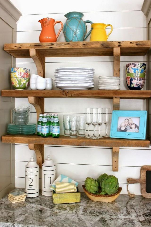 Bên cạnh những không gian rộng rãi, những căn bếp nhỏ cũng phù hợp bố trí thêm kệ gỗ gắn tường. Những chiếc kệ nhỏ xinh được đóng phù hợp với diện tích sẽ giúp căn bếp trở nên đặc biệt hơn