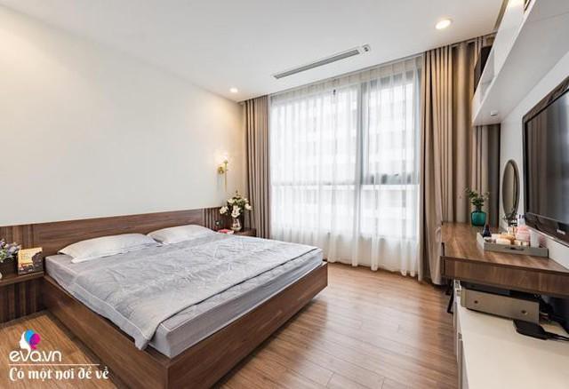 Không gian phòng ngủ của vợ chồng chi Trang vô cùng đơn giản nhưng vẫn tôn được sự sang trọng, thoải mái.