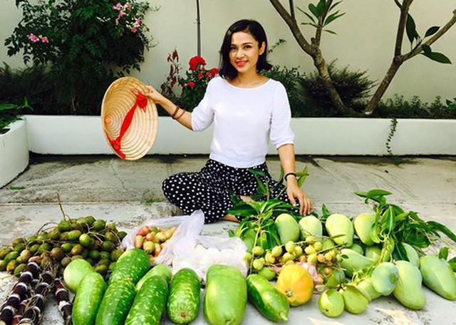 Việt Trinh thu hoạch rau củ quả.