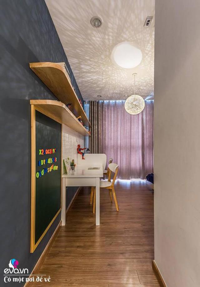 Phòng ngủ của các con chị trẻ trung với thiết kế giá sách độc đáo.