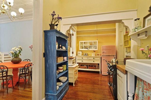 Những khu vực không sử dụng tủ đóng trên tường có thể thay thế bằng kệ gỗ đơn giản. Đồ đạc trong bếp vẫn được lưu trữ gọn gàng nhờ ý tưởng giản dị này.