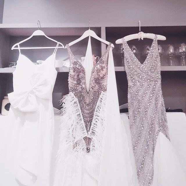 Chiều tối ngày 4/10, lễ cưới hoành tráng của chân dài Lan Khuê - John Tuấn Nguyễn đã diễn ra tại thành phố Hồ Chí Minh. Cũng giống nhiều người đẹp trong làng showbiz, Lan Khuê diện 3 chiếc váy cưới trong ngày trọng đại của mình.