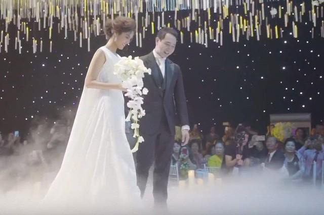 Cầu kỳ không kém là chiếc đầm với phần tà dài thướt tha mà nàng dâu mới diện lúc tiến vào lễ đường thành thân.