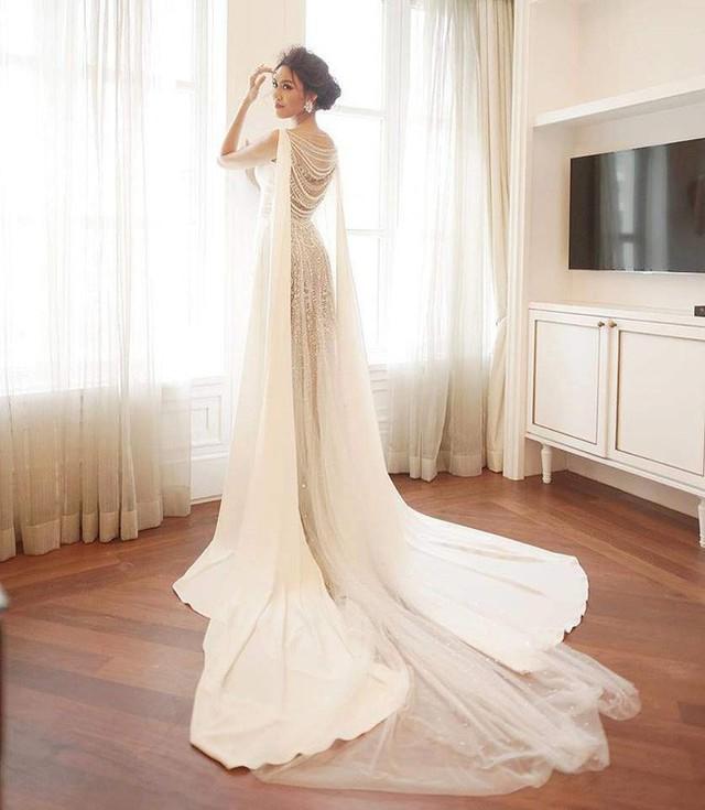 Không chỉ được đính kết bằng Swarovski, chất liệu vải Satin Lụa Ý và Voan Ý cùng kỹ thuật draping đã khiến mức giá của trang phục này lên đến 500 triệu đồng!