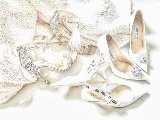Độ chịu chi của Lan Khuê còn được thể hiện bằng những đôi giày hiệu đắt tiền mà cô sắm riêng cho dịp trọng đại này. Nào là Dior, nào là Jimmy Choo... đều được đính kết xa hoa sang trọng.