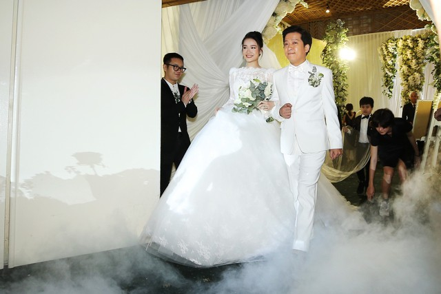 Bộ váy lấy cảm hứng từ phong cách hoàng gia làm toát lên vẻ thanh lịch, giúp cô dâu trở thành tâm điểm của bữa tiệc.