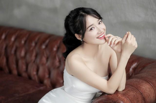 Với kiểu tóc này, cô chọn kiểu trang điểm Hàn Quốc với màu môi hồng nhẹ. Nhìn thoáng qua, nhiều người liên tưởng đến vẻ đẹp của Song-Hye-Kyo.