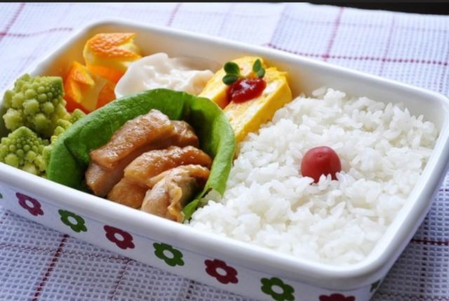 Một khảo sát của VFPress chỉ ra rằng 62,1% nhân viên công sở ăn cơm hộp/cơm phần. (Ảnh Internet).