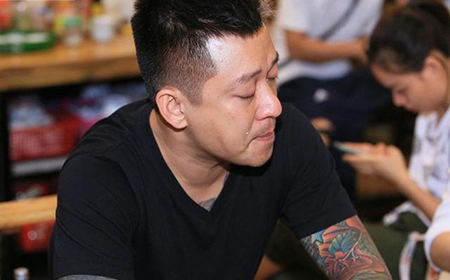 Tuấn Hưng nhiều lần rơi nước mắt khi trò chuyện cùng phóng viên ngay khi liveshow bị hủy.