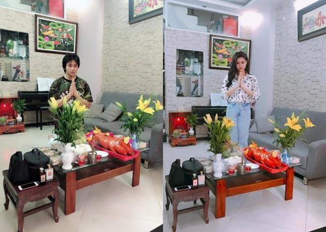 Dịp giỗ Tổ nghề sân khấu vừa qua, Tim và Trương Quỳnh Anh cùng chia sẻ ảnh làm lễ tại nhà.