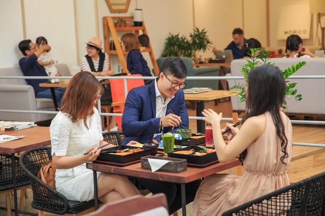 Bữa trưa tại Morico sẽ thêm phần sảng khoái, sinh động với các món nước và tráng miệng đa dạng từ Matcha thượng hạng, món đá bào Kakigori, món Parfait, kem Gelato, Warabi mocha, bánh Tiramisu.