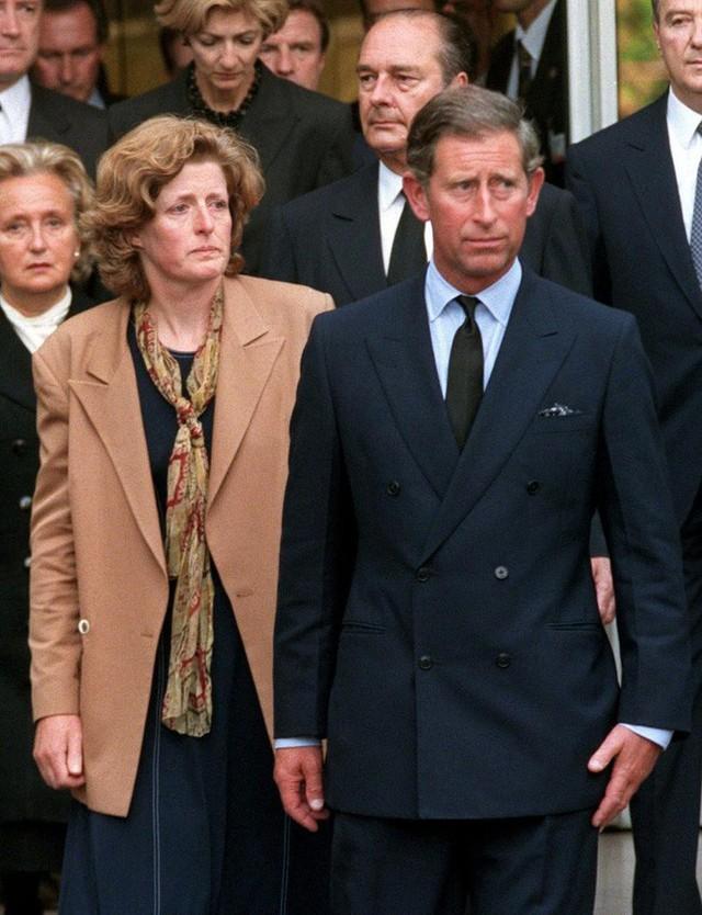 Thái tử Charles và bà Jane Fellowes là những người đưa thi thể của Công nương Diana trở về Anh.