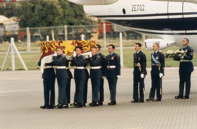 Quan tài chứa thi thể của Công nương Diana trên đường băng sau khi trở về tới London.