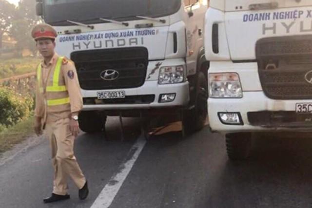 Nhiều xe tải dàn hàng chống đối lực lượng CSGT. Ảnh: Bạn đọc cung cấp