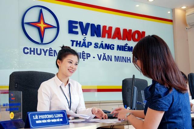 EVN Hà Nội cung cấp 32 dịch vụ điện trực tuyến (Webiste, Email, Ứng dụng) qua Trung tâm Chăm sóc khách hàng và các trung tâm Hành chính công.