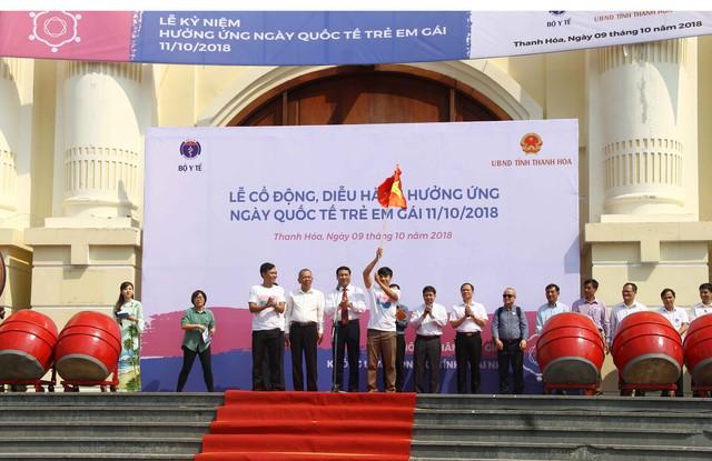 Ông Võ Thành Đông - Phó Tổng cục trưởng Tổng cục DS-KHHGĐ phát lệnh và trao cờ xuất quân cổ động, diễu hành