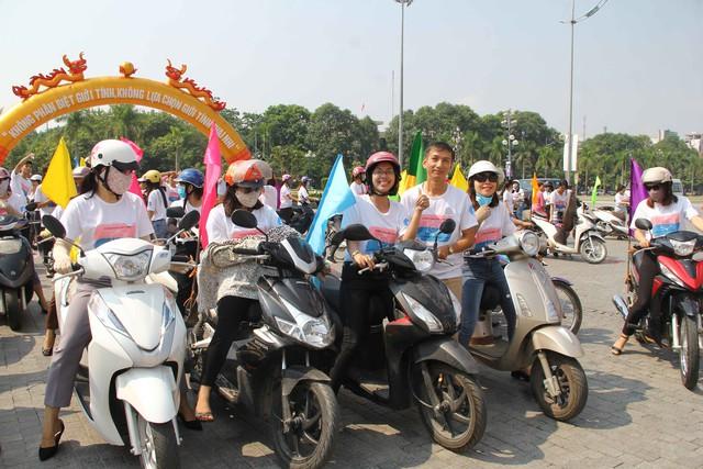 Buổi lễ kỷ niệm, cổ động, diễu hành thu hút đông đảo cán bộ nhân viên trong ngành y tế và các tầng lớp nhân dân tham gia