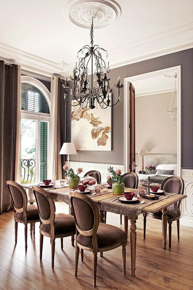 1. Phòng ăn sang trọng, ngăn nắp với bàn ghế được cấu tạo kiểu cổ điển. Trên tường của phòng ăn, chủ nhà bài trí những bức tranh bắt mắt.