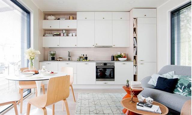 Không gian bên trong được thiết kế nội thất và màu sắc thoáng sáng, gọn nhẹ. Tận dụng bức tường phía trong cùng, gia chủ khéo léo bố trí hệ thống tủ đựng đồ và khu vực dành cho bếp núc vô cùng tiện lợi và gọn thoáng.