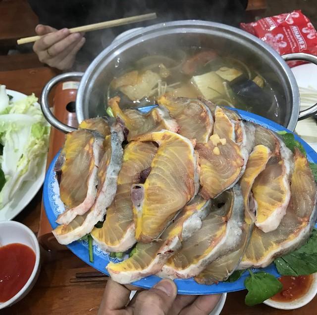 Lẩu cá hồi, cá tầm: Lẩu cá là món ăn hấp dẫn ở Sa Pa, đặc biệt trong những ngày tiết trời se lạnh. Một nồi lẩu nóng hổi đặt giữa bàn cùng rau nấm tươi, đĩa cá hồi hoặc cá tầm tươi rói và lọ sa tế đỏ là đủ để khiến bạn xiêu lòng. Cá hồi có vị ngon đậm đà, thịt màu hồng, còn cá tầm với thịt dai, màu trắng. Cả 2 loại cá đều giàu dinh dưỡng và rất đáng để bạn thưởng thức. Ảnh: @mjn2608, @trangdiem.1997.