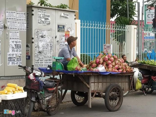 Một xe bán thanh long trên đường Phạm Huy Thông, quận Gò Vấp. Ảnh: Việt Đức.