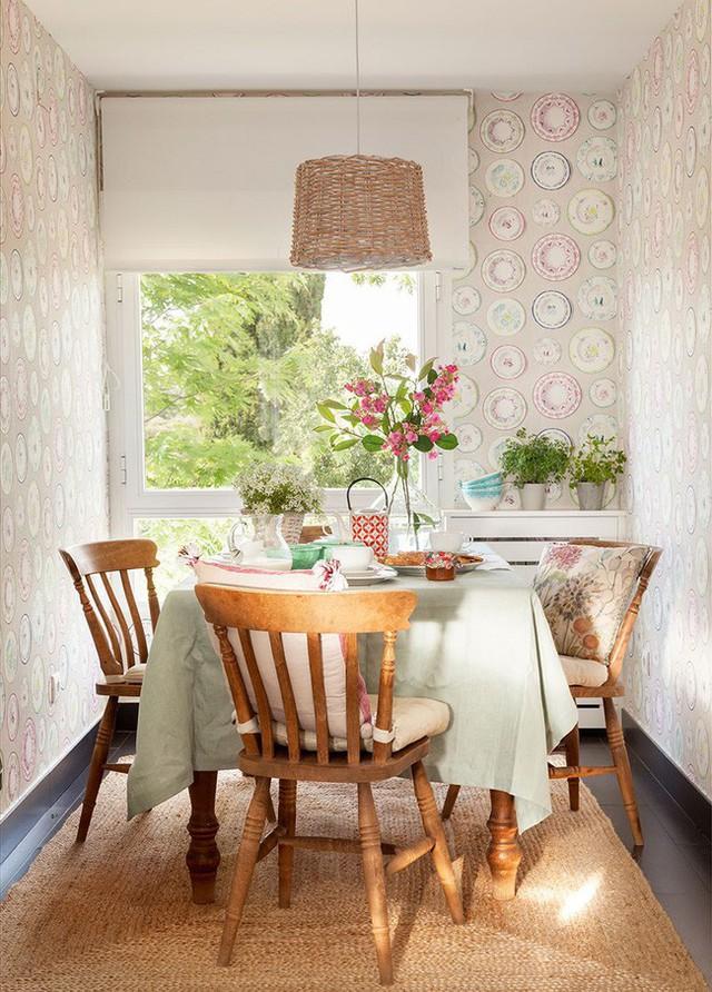 11. Dùng giấy dán tường xung quanh những bức tường trong phòng ăn bé nhỏ khiến chúng hiện lên vô cùng ấm cúng.